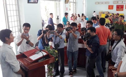 Tài xế Phan Văn Bắc nói lời cảm ơn đến các ban ngành và hứa cố gắng làm tốt công việc lái xe của mình.