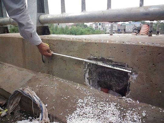Lớp xốp xuất hiện xen kẽ bê tông ở cầu Zét (huyện Chương Mỹ, Hà Nội)-ảnh:CTV