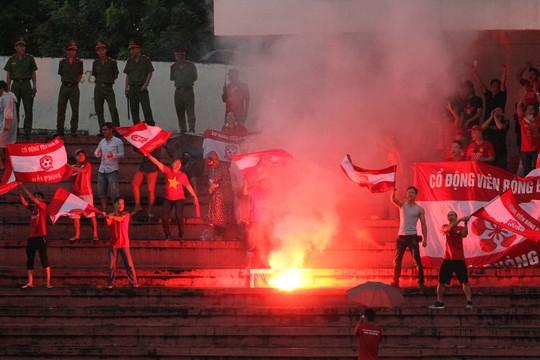 Ngay từ những phút đầu tiên của trận đấu, CĐV Hải Phòng lợi dụng sự sơ hở của an ninh trên sân Long An để đốt pháo sáng