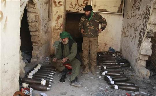 Thành viên Quân đội Syria Tự do đang nạp đạn để phản công lực lượng Tổng thống Assad ở Aleppo. Ảnh: REUTERS