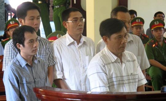 Bị cáo Nguyễn Thân Thảo Thành (đầu tiên bên trái) tiếp tục kêu oan