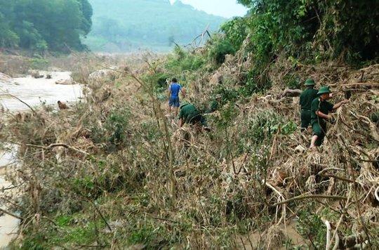 Lực lượng bộ đội Thanh Hóa và người dân đang tìm kiếm các thi thể nạn nhân còn lại ở khu vực suối Cằn, xã Châu Hội, huyện Qùy Châu, tỉnh Nghệ An