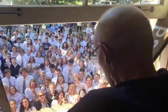 400 học sinh hát cầu nguyện bên ngoài cửa sổ nhà thầy giáo. Ảnh: FACEBOOK