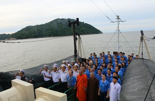 Buổi chào cờ diễn ra trên đảo Hòn Khoai (Vùng 5 Hải Quân) đầy xúc động.