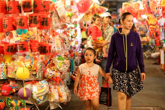 Mẹ con đi mua sắm lồng đèn mùa Trung Thu