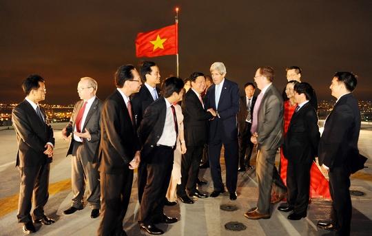 Phái đoàn ngắm cảnh Sài Gòn về đêm tại sân đỗ trực thăng lầu 52 tòa tháp Bitexco Financial Tower