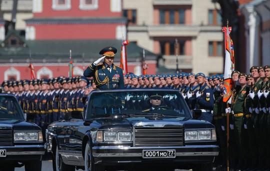 Bộ trưởng Quốc phòng Nga, Đại tướng Sergei Shoigu, trực tiếp chỉ đạo lễ diễu binh. Ảnh: EPA