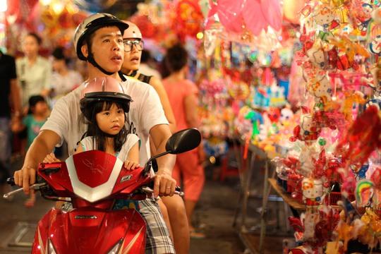 Cả trẻ em và người lớn đều tỏ ra thích thú với sắc màu sặc sỡ của phố lồng đèn.