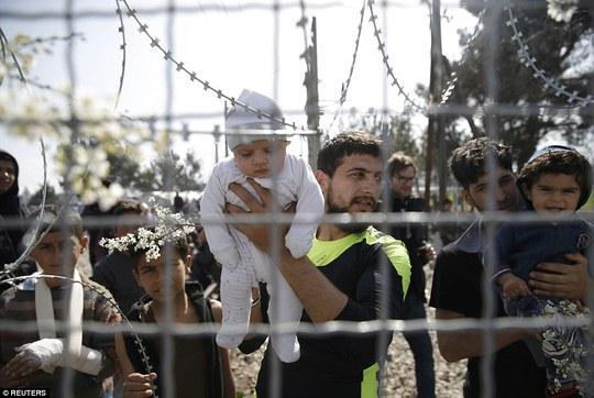 Biên giới đóng cửa ở Afghanistan, người tị nạn ở Syria và Iraq chỉ được qua khi có giấy thông hành. Ảnh: AP