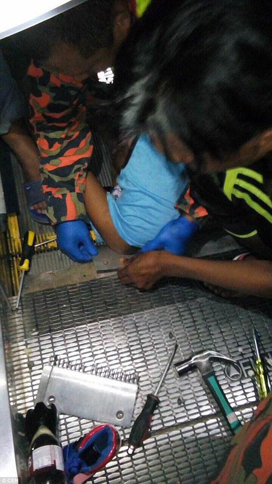 Lực lượng cứu hộ giải cứu cậu bé bất hạnh. Ảnh: CEN