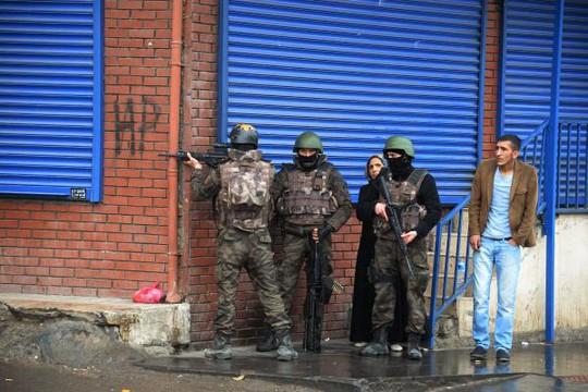 Cảnh sát được triển khai ở các góc đường của Diyarbakir. Ảnh: Canlihaber