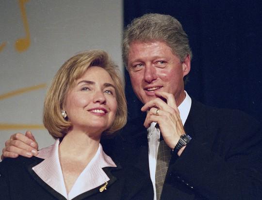 Ông Clinton kể rằng ông phải cầu hôn tới 3 lần bà Hillary mới nhận lời. Ảnh: AP