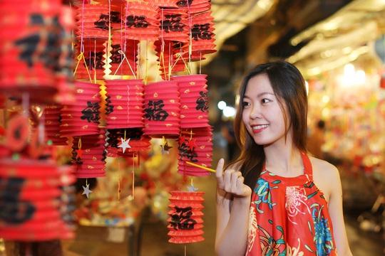 Đi dọc con phố Lương Như Học, Nguyễn Án chúng ta sẽ không khỏi choáng ngợp bởi màu sắc của hàng nghìn lồng đèn rực rỡ được các cửa hàng trưng ra san sát nhau