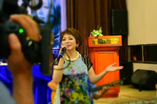 """Nghệ sĩ Ái Vân hát ca khúc """"Triệu đoá hồng"""" tại buổi ra mắt sách"""