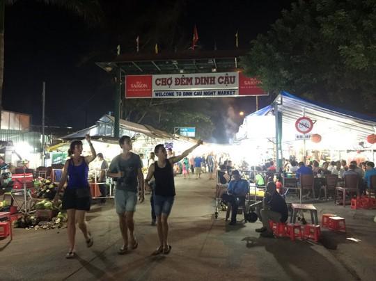Chợ đêm Dinh Cậu sau tháng 6-2016 sẽ chỉ còn là ký ức với du khách khi đến Phú Quốc - Ảnh: N.Triều