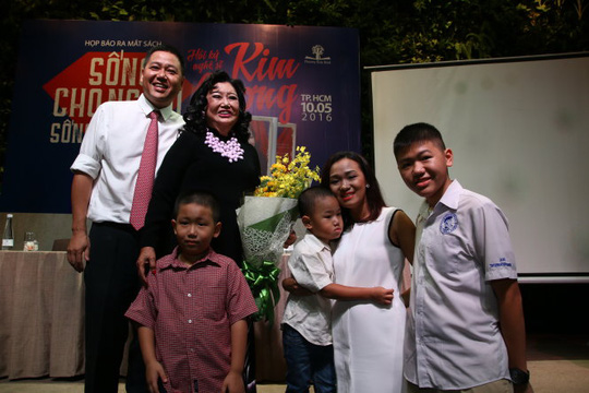NSND Kim Cương chụp ảnh cùng gia đình con trai trong buổi ra mắt hồi ký chiều 10-5 - Ảnh: Ngọc Dương