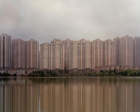 Nhiều thành phố mới ở Trung Quốc có tất cả mọi thứ cần thiết cho cuộc sống đô thị: những chung cư nhiều tầng, cao ốc thương mại, trung tâm nghệ thuật… Tất cả đều có, trừ yếu tố quan trọng nhất: con người.