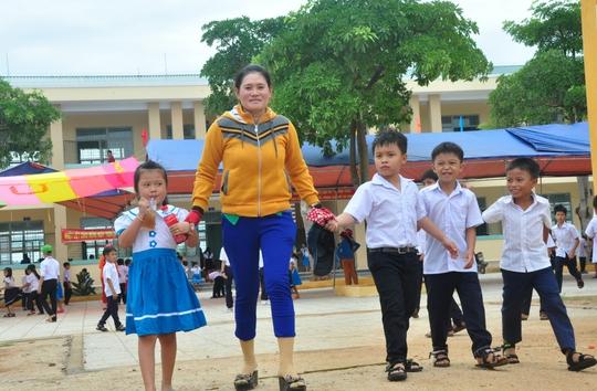 Phụ huynh đưa con em tới Trường Tiểu học số 1 Bình Châu dự lễ khai giảng Ảnh: Tử Trực