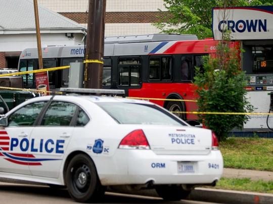 Cảnh sát tại hiện trường vụ án mạng. Ảnh: AP