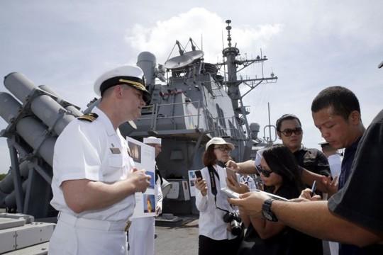 Chỉ huy Harry L Marshcủa Mỹ phát biểu với báo giới trên chiến hạm USS Stethem cập căn cứ Hải quân Muara Naval hôm 2-5 để tham gia tập trận. Ảnh: BT