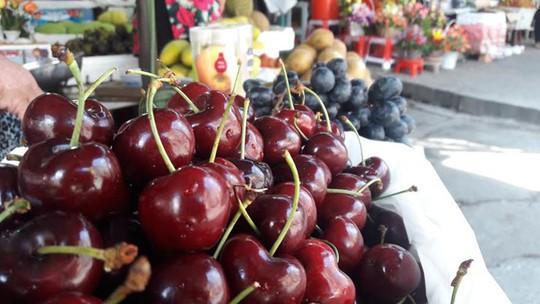 Tại chợ Tân Định, cherry bày bán gần lề đường, giữa trời nắng vẫn tươi ngon. Ảnh: Phạm Oanh.