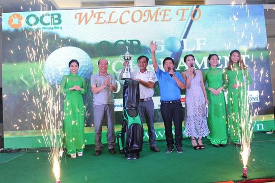 Ông Trịnh Văn Tuấn – Chủ tịch Hội Đồng Quản trị OCB trao giải vô địch OCB Golf Tournament cho Anh Phạm Nguyễn An Điềm