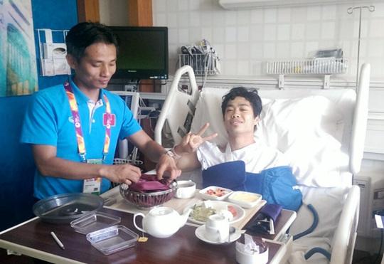 Bác sỹ của đội tuyển U23 Việt Nam chăm sóc Công Phượng trong phòng hồi sức sau ca phẫu thuật