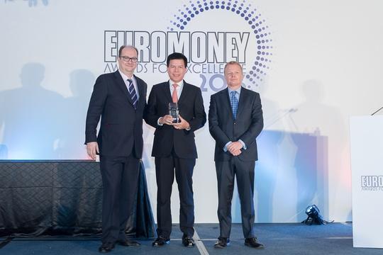 Ông Phạm Quang Thắng - Phó Tổng giám đốc Vietcombank nhận giải thưởng Ngân hàng tốt nhất Việt Nam - Best Bank in Vietnam