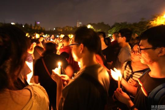 Đồng nghiệp và người dân tỉnh Quảng Đông tham dự lễ tưởng niệm vị nha sĩ quá cố. Ảnh: Shanghaiist