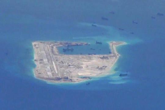 Trung Quốc ngang nhiên xây dựng trên Đá Chữ Thập một đường băng dài hơn 3.000m. Ảnh chụp từ máy bay P-8A Poseidon (Mỹ) tháng 5-2015.