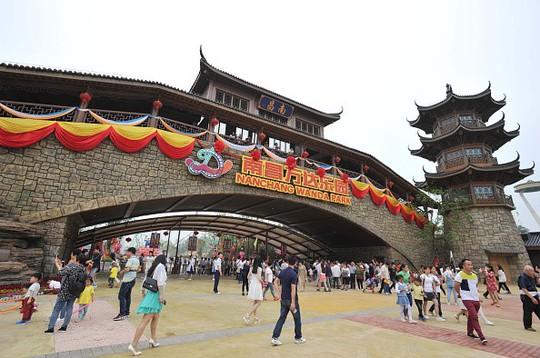 Tỉ phú giàu nhất TQ mở công viên giải trí tuyên chiến Disney