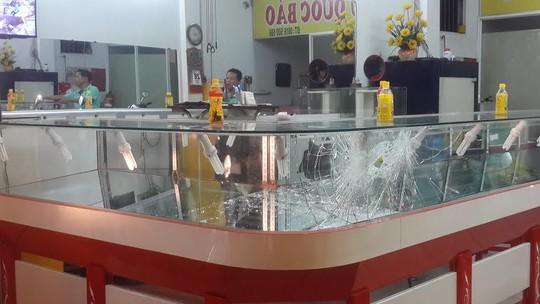 Tủ kính tiệm vàng bị đập vỡ