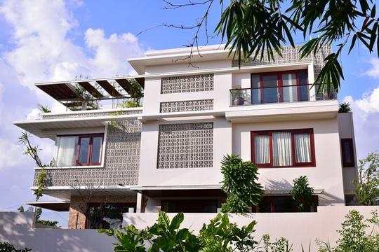 Chủ căn biệt thự 189 m2 (9x21m) sinh ra và lớn lên ở miền Tây Nam Bộ. Bởi vậy, khi có ý định xây nhà ở Sài Gòn, gia chủ mong muốn tìm thấy lại những hình ảnh thân quen thời thơ ấu.