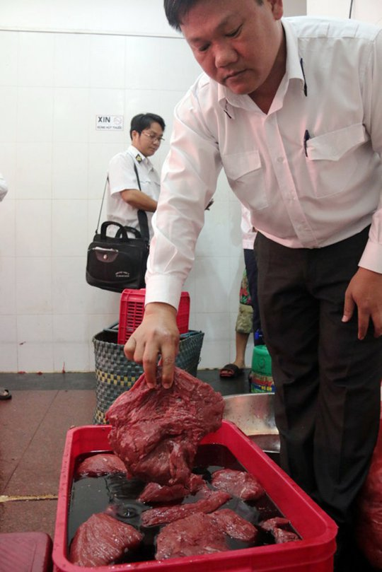 Thịt heo được ngâm dung dịch hóa chất và huyết bò - Ảnh: Tiến Long