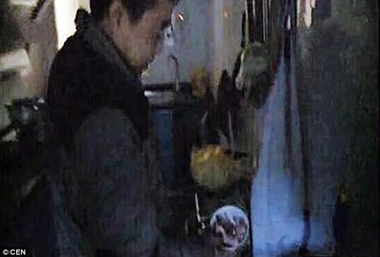 Xô đựng thịt trong nhà ông Jian bất ngờ phát sáng trong đêm - Ảnh: CEN