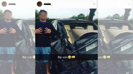 Thiếu niên chụp hình cùng chiếc ô tô bẹp rúm đằng sau. Ảnh: FOX NEWS