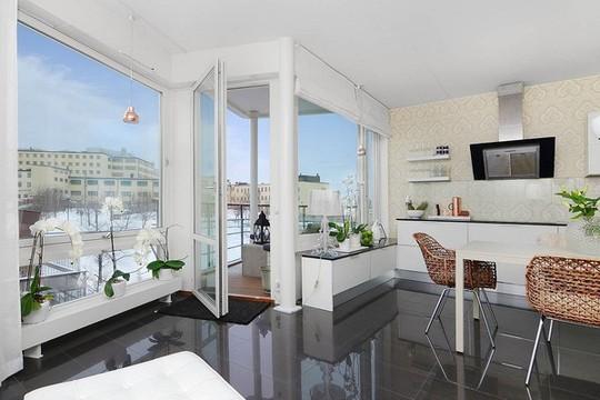 Hệ cửa kính cũng mang đến căn hộ góc view tuyệt đẹp để thưởng thức khung cảnh bên ngoài.