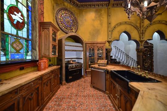 Phần lớn nội thất được làm từ chất liệu gỗ mộc mang cảm giác cổ xưa.
