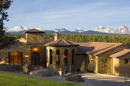 Nằm cao trên rừng Quốc gia Deschutes với tầm nhìn ngoạn mục thẳng ra dãy núi Cascade.