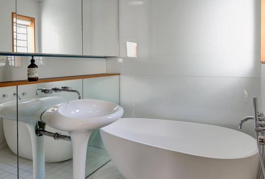 Phòng tắm trắng tinh với cách sắp xếp thông minh và lựa chọn nội thất khéo léo giúp tiết kiệm tối đa không gian mà vẫn tạo dựng được nét độc đáo riêng biệt.
