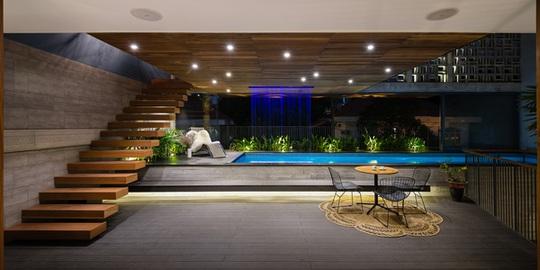 Khu vực bể bơi với tường kính nhìn thẳng xuống đường.