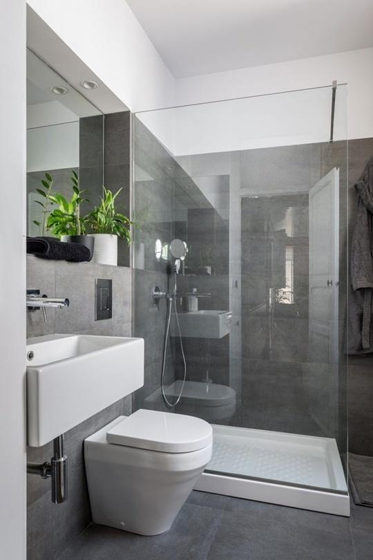 Phía trong cùng là phòng tắm với chất liệu kính đơn giản, gạch màu ghi xám đủ để giúp không gian thư giãn vừa hiện đại vừa mát mẻ
