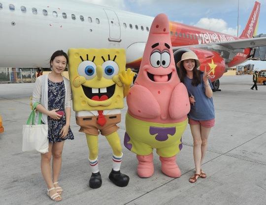 """Thú vị hơn, 2 nhân vật đặc biệt là nhà thám hiểm nhí Dora cùng chàng bọt biển đầu bếp Sponge Bob trong series hoạt hình nổi tiếng thế giới """"Nick and You"""" lần đầu tiên đến Việt Nam cũng đã đến vui tết trung thu cùng đông đảo hành khách của Vietjet"""