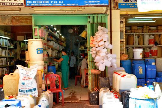 Kinh doanh hóa chất tại khu vực chợ Kim Biên (TP HCM) Ảnh: TẤN THẠNH
