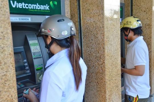 Dù liên tục xảy ra những vụ mất tiền gần đây nhưng theo thống kê, tỉ lệ rủi ro qua thẻ thanh toán tại Việt Nam khá thấp, chỉ bằng 1/3 so với số trung bình trên toàn thế giới Ảnh: TẤN THẠNH