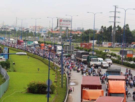 Giao thông từ TP HCM đến các tỉnh Đông Nam Bộ thường xảy ra tắc nghẽn Ảnh: GIA MINH