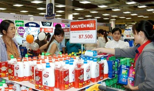 Các siêu thị giảm giá mạnh để thu hút người tiêu dùng