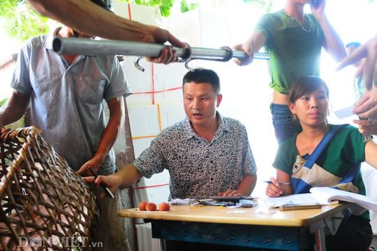 Những người phụ trợ cho công việc làm ăn như phiên dịch, ghi sổ, đóng hàng thuê đều được chủ thương lái thuê theo số lượng tấn hàng.