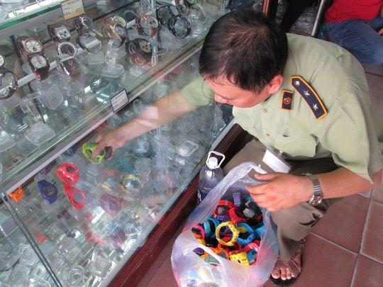 Kiểm tra, thu giữ hàng giả tại chợ Bến Thành
