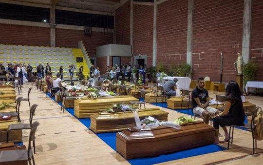 Hàng quan tại đặt san sát nhau tại phòng tập ở thị trấn Ascoli Piceno. Ảnh: REUTERS